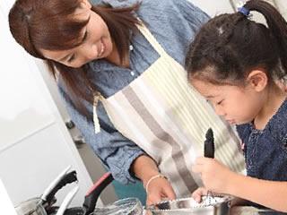 母親と楽しくおやつ作りをする子供