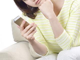 子供の悩みを携帯サイトで相談する母親