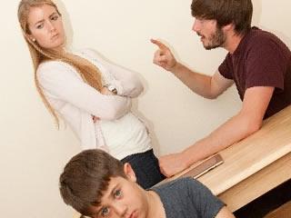 旦那に理不尽なことで怒られる不満ありげな妻
