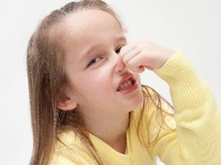 鼻をつまみ料理を拒否する子供