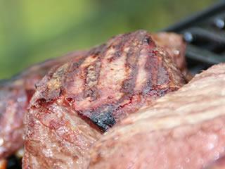 絶妙なレアに焼き上げられたステーキ