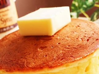 パンケーキの上に美味しそうに積まれたマーガリン