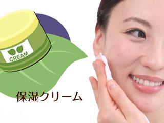 保湿クリームと肌を手入れする女性
