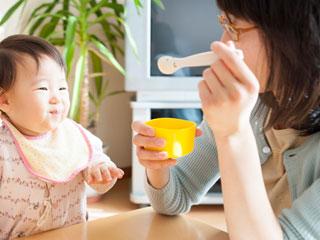お母さんから離乳食をもらう赤ちゃん