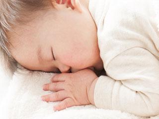 指を咥えて眠る赤ちゃん
