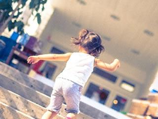 褒められて元気に階段を駆け上がる子供