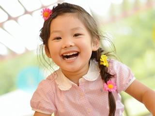 髪にアクセサリーを付けた笑顔の女の子