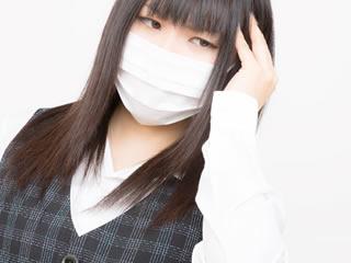 マスクをしているインフルエンザ気味の会社員