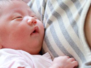 母親の胸に抱かれた赤ちゃん