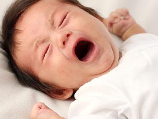 口を開けて泣く赤ちゃん