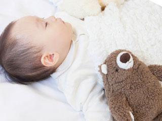 毛布で包まれた赤ちゃん