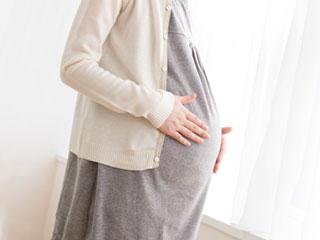 おおきなお腹を触る妊婦