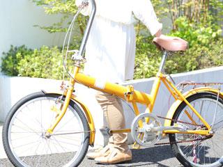 自転車の傍に立つ女性