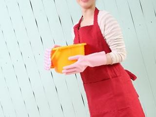 カーペットを掃除する準備をする女性