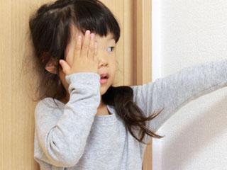 片目を手で隠す子供