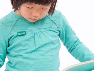 本を見る子供