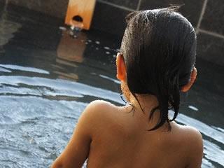 温泉に入っている男の子の後ろ姿