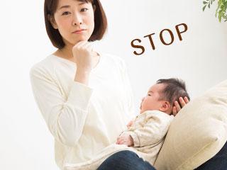 子供を膝において考える母親