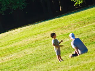 休日とパパと公園にいく元気な男の子