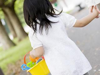 ママと公園に遊びにいく元気いっぱいのキラキラ小学生