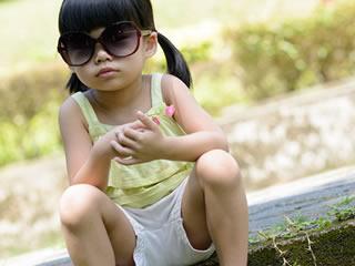 ヤンキー座りをするヤサグレ気味の小学生