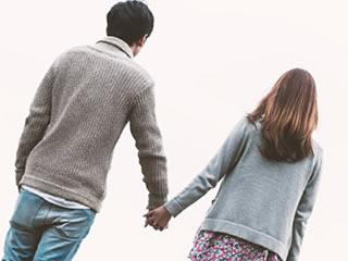 喧嘩の後に仲直りの散歩をする夫婦