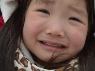 パパとママが喧嘩して泣きじゃくる女の子