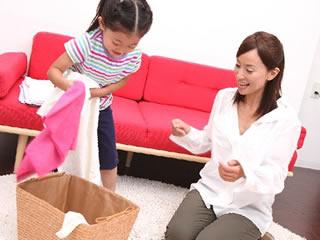 子供と仲良く洗濯物をたたむ親子