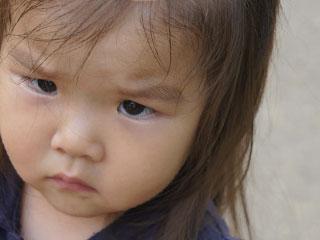 睨みつける表情の女の子