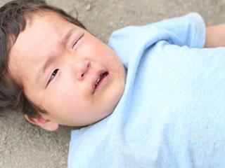 地面に寝て泣く子供