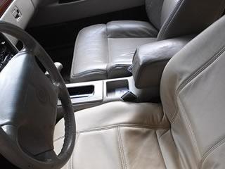 汚れと経年でくたびれた車のシート