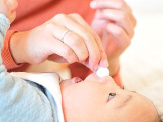赤ちゃんの鼻に鼻水吸い取り器