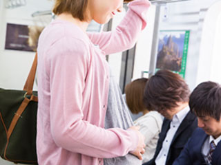 電車に乗る妊婦