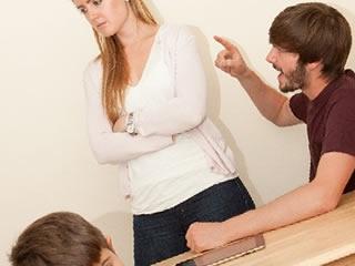 子供の前で旦那に注意されふてくされる妻