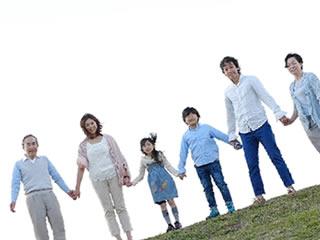 三世帯の家族で撮った記念写真