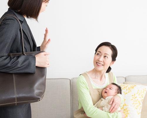 ヘルパーさんに赤ちゃんを預ける母親