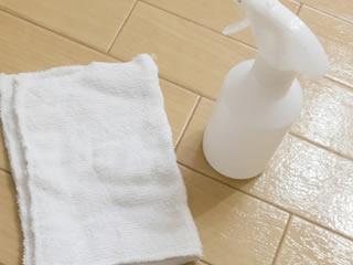 車内の臭いの掃除で使われる布巾とスプレー