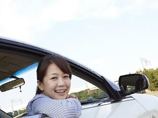 掃除した車から顔を出す主婦