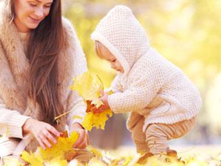 落ち葉を拾う幼児