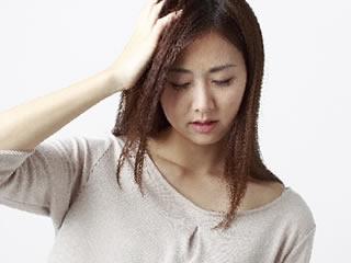乾燥して頭が痒くなっている女性