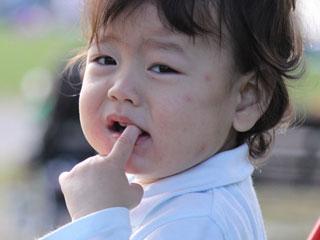 指を咥える幼児
