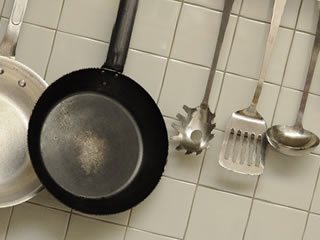 油汚れがひどい使い込まれたキッチン