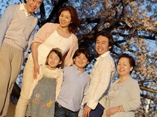三世代で記念写真を取る仲良し家族