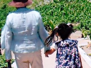 孫と天気の良い日に外を散歩するおばあちゃん