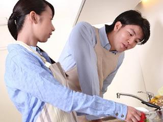 妻を気遣いキッチンに立つ優しい夫