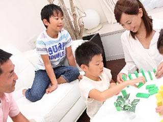 再婚相手と仲良く遊ぶ子供達