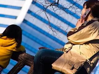 再婚相手の母親と外の公園で遊ぶ子供