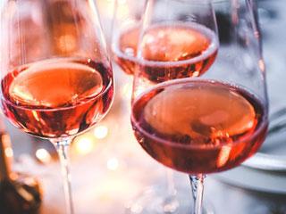 ワインのグラスが並ぶ