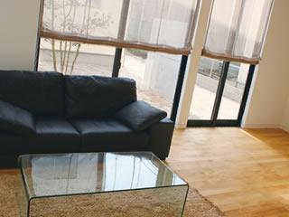 ガラステーブルとソファーのある掃除しやすい家