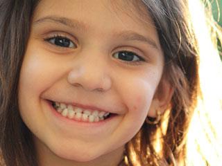 歯を見せる女の子
